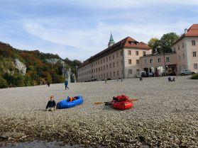 Kiesbank vor dem Kloster Weltenburg