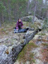Niklas erkundet eine Felsspalte