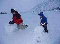 Beschäftigung bei Schneesturm: Schneemänner bauen...