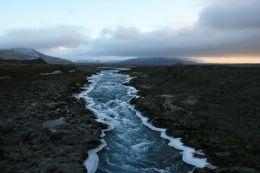 winterlicher Fluß durchs Lavafeld