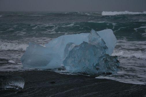 am Strand sind heute die bläulichen Eisberge die einzigen Farbtupfer