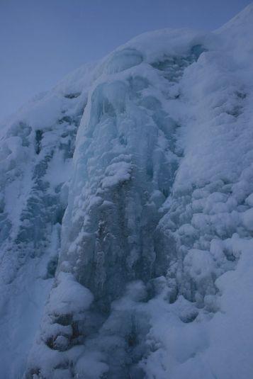 durch eine Röhre aus Eis stürzt das Wasser in die Tiefe