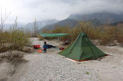 Nachtlager auf einer buschbewachsenen Insel