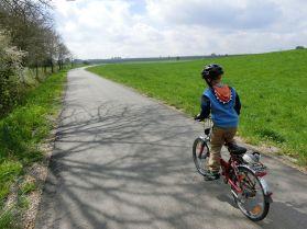 später werden die Radwege schöner. An Steigung ist jedoch einiges zu bewältigen. Gar nicht so leicht, für einen Fünfjährigen.
