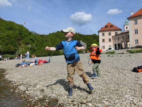 Kloster Weltenburg: die Kinder schmeißen Steine ins Wasser...