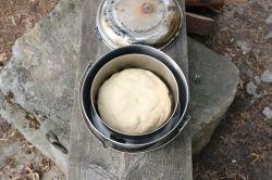 Brot backen: Teig im inneren Topf
