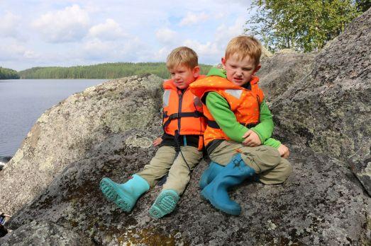 enttäuschte Kinder, die nicht mit auf Kletterpartie dürfen