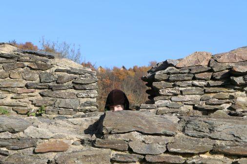 Versteckspiel zwischen Mauerresten
