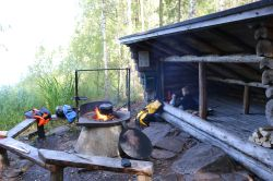 Lean-To-Shelter an der Feuerstelle