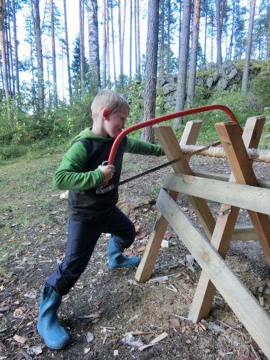 Niklas hilft beim Holz machen
