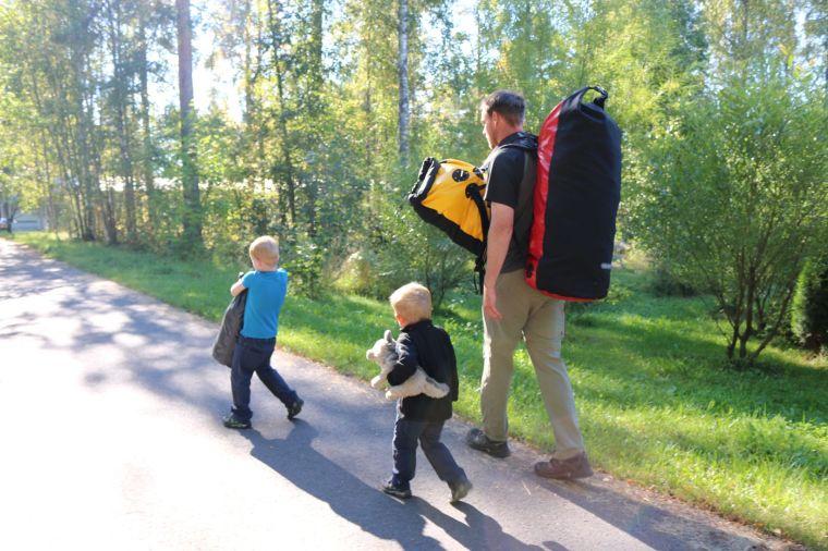 Weg zum Zug in Varkaus - unser Gepäck können wir mit Hilfe der Kinder inzwischen ganz gut tragen, zumindest über kleinere Strecken