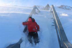 Niklas kämpft sich die Treppe hinauf