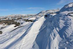 der wind hat im Schnee seine Spuren hinterlassen