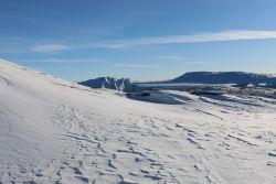 vom Wind geformte Schneelandschaft