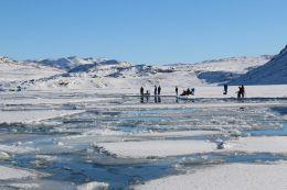 Eisfischer an der Meereiskante