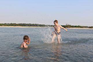 baden im warmen Fluß