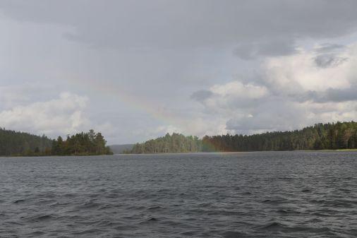 der rEgenbogen endet direkt vor uns im See