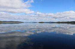 unbewegt liegt der See vor uns