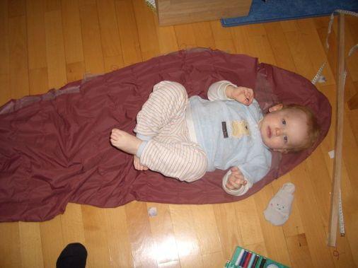 Niklas im Alter von 18 Monaten mit seinem ersten Daunenschlafsack