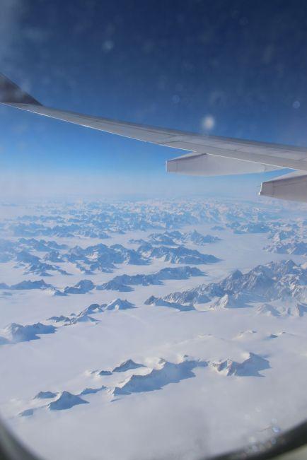 Ostgrönland aus der Luft - Bergspitzen, die aus dem Schnee ragen