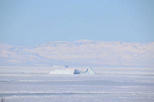 Blick vom Balkon: zugefrorenes Meer in Ilulissat