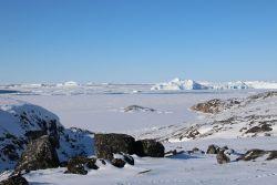 zugefrorenes Meer und wenig Eisberge