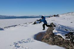 das Hobby vom letzten jahr wieder aufgegriffen: von Steinen in den Schnee springen