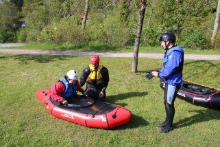 kurze Einweisung ins Wildwasserboot (hier der Alligator 2S)