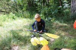die Kinder helfen beim Aufbau der Boote