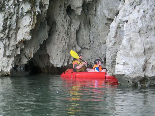 zerklüftete felsen und kleinen Höhlen