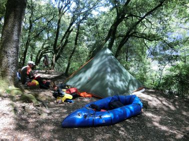 am Camping des Grottes. Der Platz reicht vom Fluß...