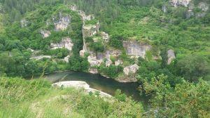 malerische Dörfer schmiegen sich an die steilen Hänge