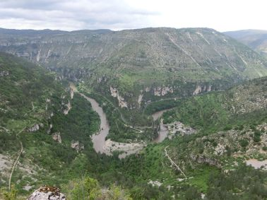 Blick von weit oben auf das Hochwasser des Tarn