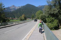 über die Straßenbrücke bei Schleching...