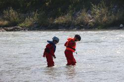 während die Boote trocknen werden die Kinder nur nasser