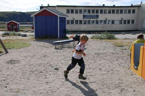 unfreiwilliger Aufenthalt in Kangerlussuaq. Die Kleidung trügt, es sind nur etwa 10°C