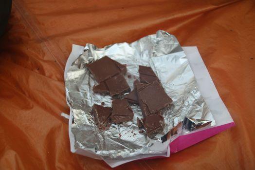 für solche Tage haben wir immer etwas extra im Gepäck: Cashewkerne, Mangochips, oder eben Schokolade