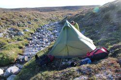 schiefer, aber einigermaßen windgeschützter Zeltplatz