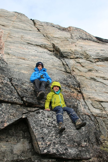 im Schutz einer kleinen Felswand...