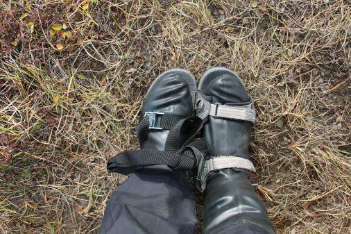 notdürftig reparierter Schuh - zum Glück hatten wir einen Extra-Spannriemen dabei