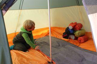 Jaaku hilft, das Zelt einzurichten
