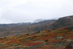 die Bergkuppen sind schneebedeckt