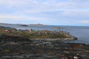 Ilimanaq. Die Reihe brauner Häuschen ist die Ilimanaq Lodge