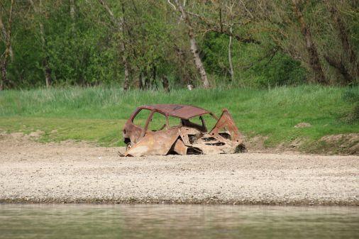 Autowrack: da fällt einem erst auf, die erfreulich sauber die Flußufer sind