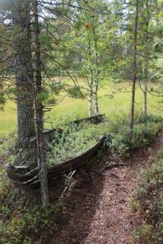 verlassenes Boot am Wegesrand