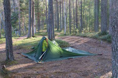 Jaaku baut im Alleingang das Zelt auf